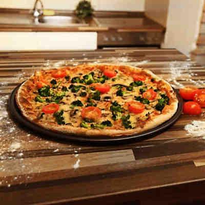 pizza backblech mit gelochtem thermoboden 32cm schwarz kaiser backformen yomonda. Black Bedroom Furniture Sets. Home Design Ideas